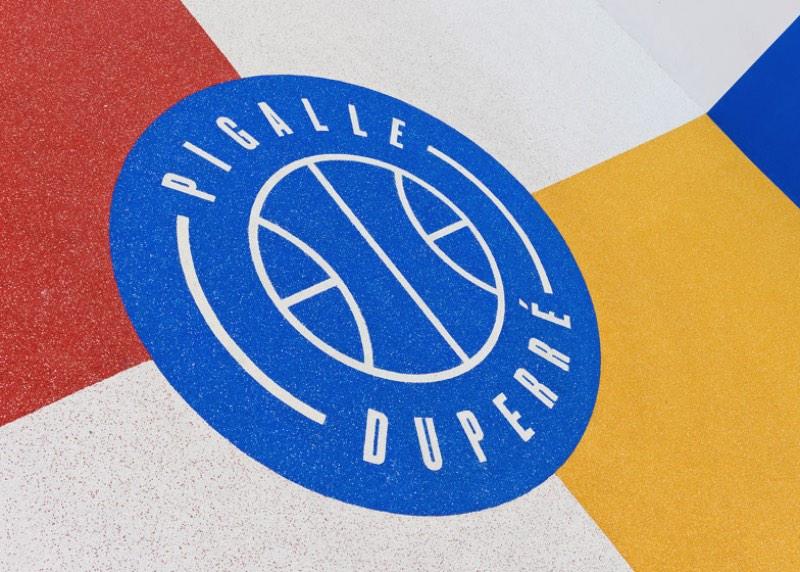 A relação da Pigalle com o local começou em 2009 quando o fundador da marca, Stephane Ashpool, se juntou a Nike para fazer a primeira renovação do local. Ano passado, eles resolveram fazer isso tudo de novo e aproveitaram para deixar o local ainda mais colorido para ser usado como fundo nas fotos da Pigalle Basketball Spring Summer 2015.