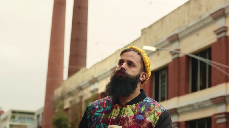 Há alguns anos, uma moda de barbas dominou o planeta e, creio que, muitos de vocês lendo esse artigo possam ser barbudos. E, pensando nisso que o vídeo abaixo foi criado. The Hipstervention conta a história de um rapaz que, seguindo o que seus amigos faziam, acabou se tornando um cara estranho, com gostos especialmente peculiares e que ele chamava de irônicos.