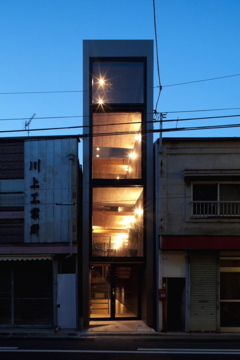 YUUA é o nome dessa casa minimalista em Toshima, no Japão. O minimalismo existe aqui por que o terreno onde a casa foi construída não tem mais do que 2 metros de largura.