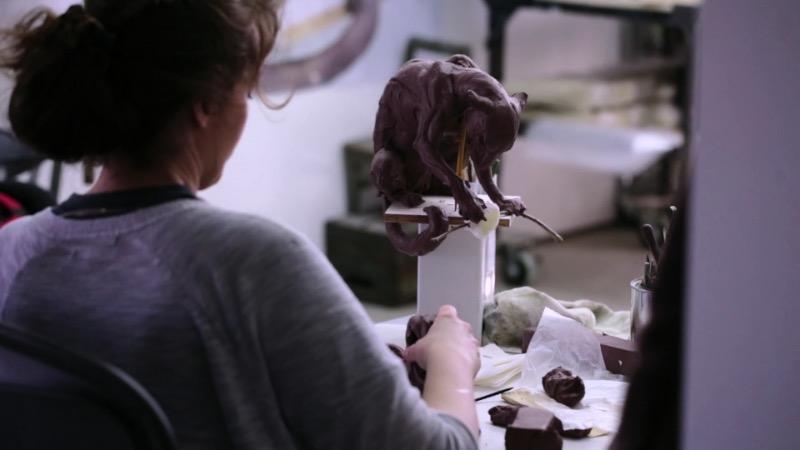 As esculturas e a arte de Beth Cavener são criadas com foco na psicologia humana, removidas de todo contexto e racionalização e articulada através de uma mistura de corpos humanos e animais. É assim que Beth Cavener lida com esses estranhos e desconfortáveis pensamentos que passam pela cabeça dela.