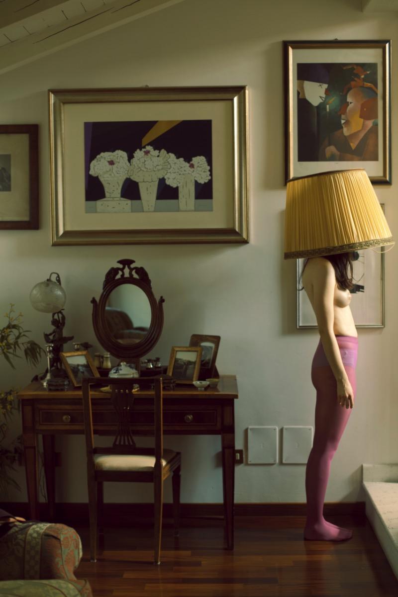 Giuseppe Palmisano é um fotógrafo italiano lá de Bolonha que cria imagens quase eróticas com corpos que parecem perdidos aleatoriamente sobre móveis. Não sei direito como você vê isso mas eu considero uma grande crítica aos padrões convencionais de beleza através da objetificação do corpo feminino.
