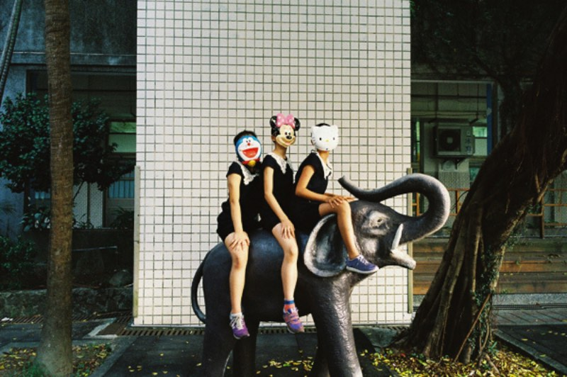O fotógrafo de Taiwan Chih Hsien Chen documenta a cultura jovem do país de um jeito que só alguém que nasceu e morou na olha consegue fazer. As imagens que ele captura vem de garotas vestidas com camisetas de unhas até crianças mascaradas cavalgando estátuas de elefante e sempre parecem ter um pouco de rebeldia escondida.