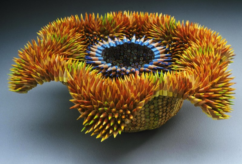 Jennifer Maestre é uma artista americana baseada em Massachusetts cujo trabalho escultural é focado no uso de lápis de cor. Sim, ela cria esculturas de lápis de cor de um jeito que você nunca viu antes.
