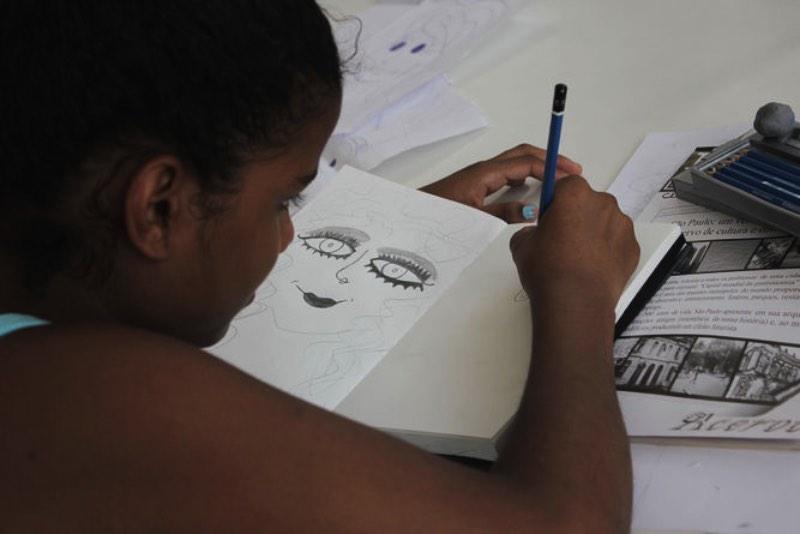 Fazer Arte tem Futuro é o nome de um programa voltado para as crianças de Paraisópolis que mistura arte e educação. A finalidade aqui é simples: ajudar crianças de Paraisópolis a conhecer novas mundos através do desenho. Afinal, até para sonhar a gente precisa de referências.