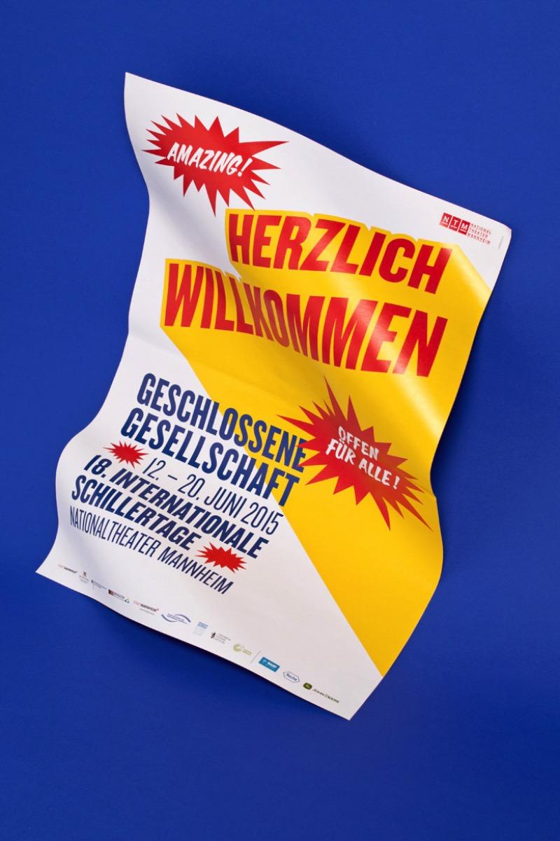 Formdusche Berlin foi fundada em 2004 como um estúdio de design. Lá, eles trabalham desde o conceito até a implementação, ajudando seus clientes em áreas como tipografia, ilustração, branding e design para internet.