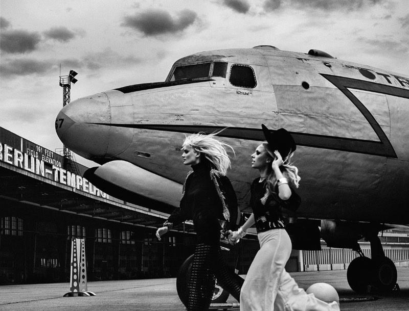 Elizaveta Porodina é a fotógrafa responsável pelas belíssimas imagens criadas para o disco Berlin da banda de stoner rock Kadavar. As fotografias que você pode ver nesse artigo foram feitas no antigo aeroporto de Berlin Tempelhof, que hoje em dia é um parque.