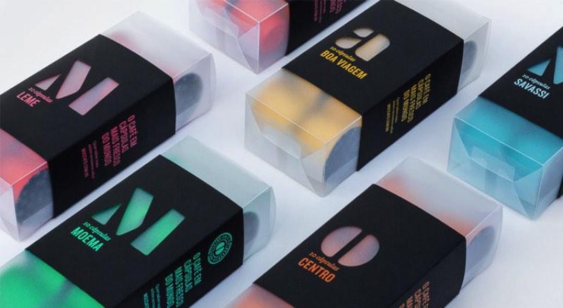A identidade visual da Moccato foi criada pelos designers da Plau Design, lá do Rio de Janeiro. E o maior desafio deles foi de conseguir criar um visual que não colidisse entre os conceitos básicos da empresa. O visual da Moccato precisaba ser natural mas instantâneo, sustentável mas urbano e tudo isso precisava aparecer no visual da embalagens e no material gráfico.