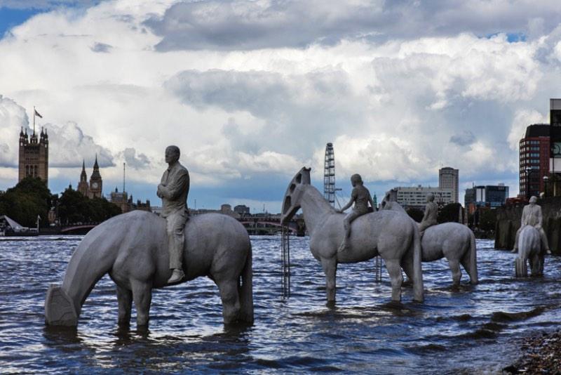 Durante o mês de setembro, as pessoas que andarem pelas margens do Tâmisa vão ver um cenário um tanto peculiar. E isso é culpa do trabalho do artista Jason Decaires Taylor que, a convite do Totally Thames Festival, criou uma escultura que resolvi chamar de os Cavaleiros do Apocalipse Climático.