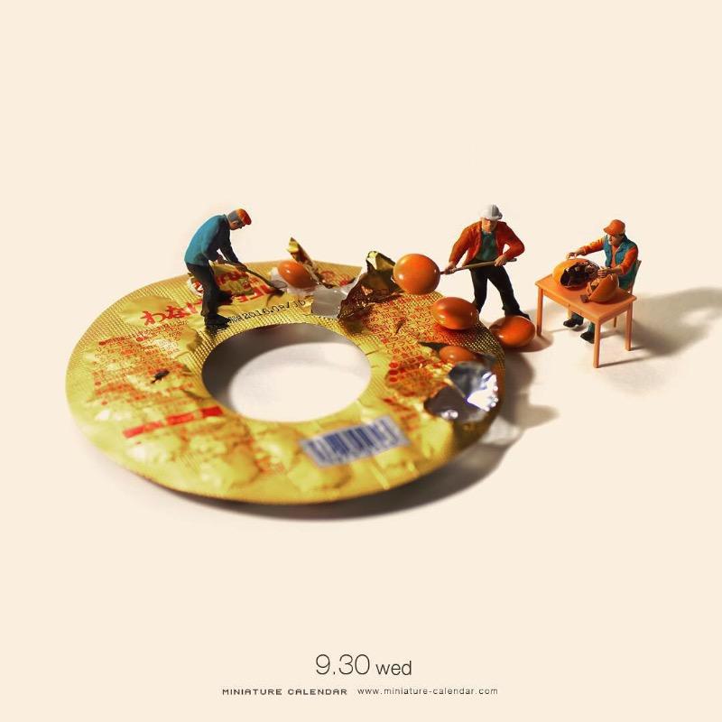 Foi em 2011 que o diretor de arte e design japonês Tatsuya Tanaka resolveu criar os pequenos dioramas que você vai ver nas imagens abaixo. Ele resolveu chamar o projeto de Miniature Calendar e as fotos começaram a aparecer. Tudo mudou quando um comentário no Instagram sugeriu a ideia de criar uma cena por dia. E é isso que Tatsuya Tanaka faz hoje em dia e ele não para de receber likes por lá.