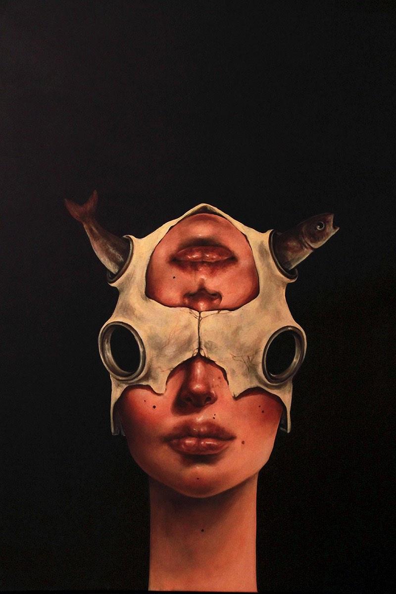 Afarin Sajedi é uma artista iraniana com um portfólio repleto de retratos onde surrealismo e peixes parecem ser o tema recorrente. Tentei descobrir o porquê disso no about do seu site mas fracassei e ainda estou pensando sobre o assunto.