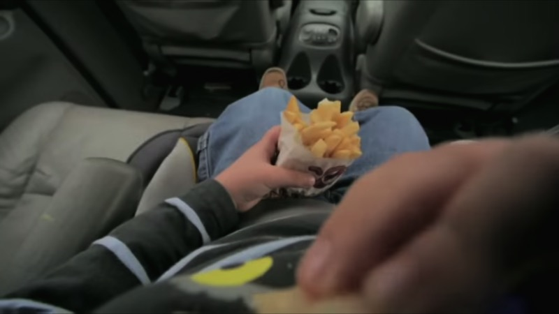 Rewind the Future é o nome dessa poderosa campanha contra a obesidade infantil cujo principal comercial mostra a vida de um homem ao contrário. Lá você o acompanha do seu primeiro ataque cardíaco ao 32 anos até seus primeiros hábitos alimentares na infância.