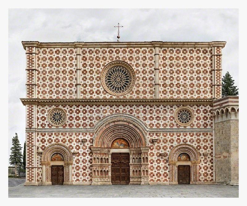 O fotógrafo e artista Markus Brunetti cria fotografias fenomenais de catedrais e igrejas européias através de colagens digitais que contam com centenas de fotos. A partir dai, ele cria composições fotográficas que mais parecem projetos arquitetônicas já que eles perdem toda a perspectiva que estamos acostumados a ter ao observar essas enormes construções.