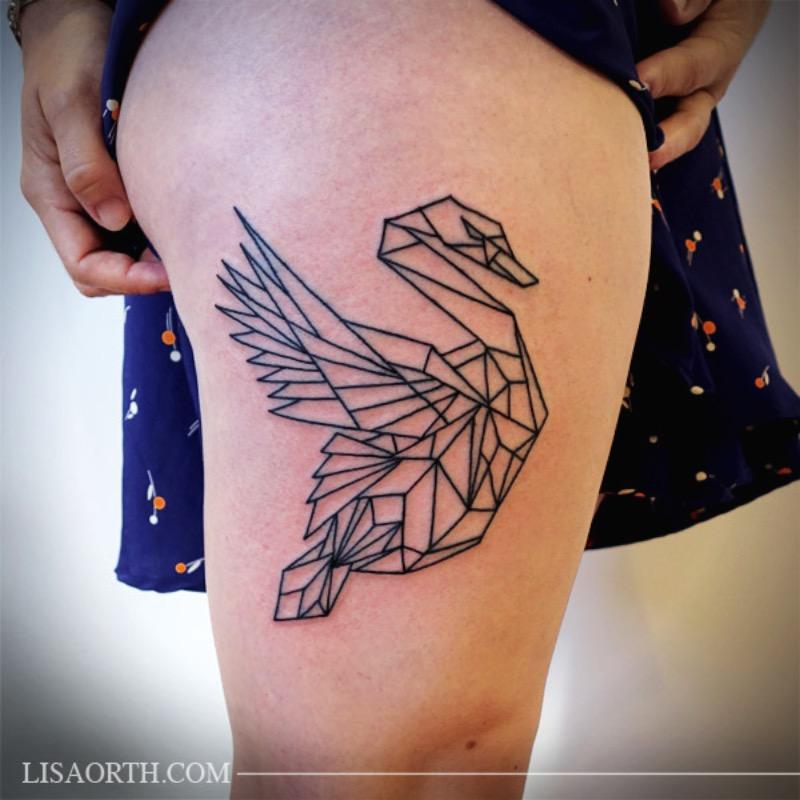 Lisa Orth é uma tatuadora cujo trabalho autoral focado em linhas anda chamando muita atenção por ai. Suas tatuagens são, primariamente, feitas usando apenas o preto e tem um visual bem interessante.