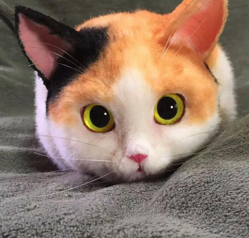 Essas bolsas de Gatos japonesas são criação do artista conhecido como Pico e ele faz todo o trabalho a mão. Ele sempre começa cada bolsa com um gato branco e passa a colorir o pêlo com airbrush de tinta acrílica. A partir dai, os gatos vão ganhando mais detalhes, cores e tudo mais que for necessário.