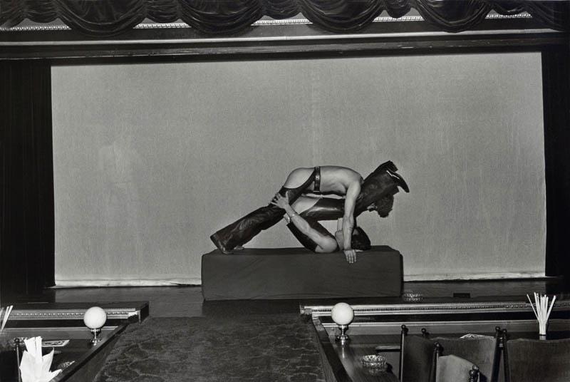 Sex-Theater é o nome dessa série de fotografias que Thomas Lerooy produziu entre 1972 e 1979 em vários teatros de sexo no bairro de St. Pauli, em Hamburgo. Durante anos, o fotógrafo visitou Alcazar, Regina, Salambo, Tabu e Pulverfass e ficou fascinado pela personalidade dos indivíduos que participam dessas secretas realidades sexuais.