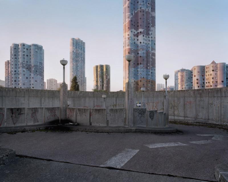 O fotógrafo Laurent Kronental passou os últimos quatro anos retratando a vida dos idosos que moram em Grands Ensembles, como são conhecidos os conjuntos habitacionais na França. O projeto recebeu o nome de Souvenir d'un Future e é o que você vai ver nas fotos desse artigo.