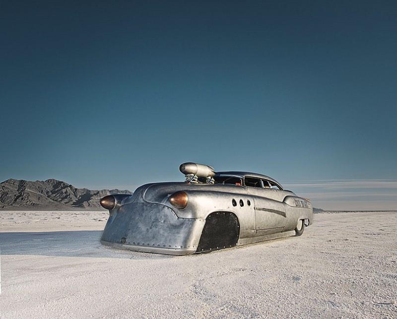 The World's Fastest Place é o livro fotográfico que Alexandra Lier acabou de lançar na Feira de Livros de Frankfurt. Suas fotografias mostram o que acontece na planície salgada de Bonneville, nos Estados Unidos. Esse local único é onde amantes da velocidade se juntam para celebrar sua paixão por carros e motores.