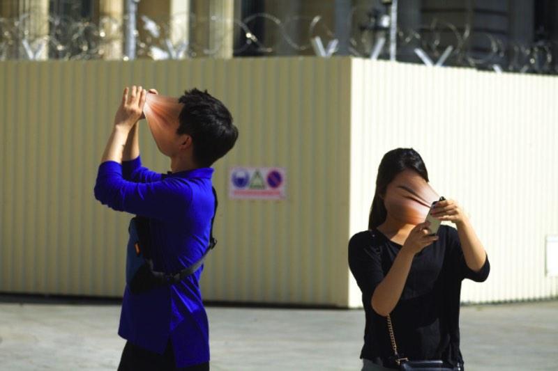 O fotógrafo francês Antoine Geiger criou uma série de fotos chamada Sur-Fake onde ele visualiza de forma perturbadora como que ele enxerga a forma parasita com a qual usamos smartphones. Nessa série de fotos, você pode ver como o simples ato de olhar se você tem um e-mail novo pode levar a perda da sua alma e do seu corpo.