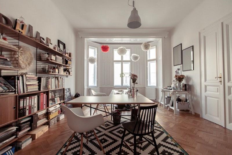 Atelier Karasinski é uma agência de design baseada em Viena que é composta de uma equipe de indivíduos que trabalham juntos dependendo do projeto. Tudo liderado por Laura Karasinski que fundou a empresa em 2012.