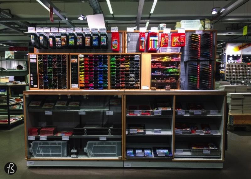 Modulor pode ser facilmente descrito como um pedaço do paraíso para designers, arquitetos e todos os fãs de artesanato. Tudo isso porque a Modulor oferece uma enorme variedade de produtos que superam os 30 mil items. Ou seja, esqueça aquela loja de shopping que você vai de vez em quando olhar canetas e cadernos, a Modulor é um outro patamar e eu sempre levo todos meus amigos designers nessa loja quando eles visitam Berlin.