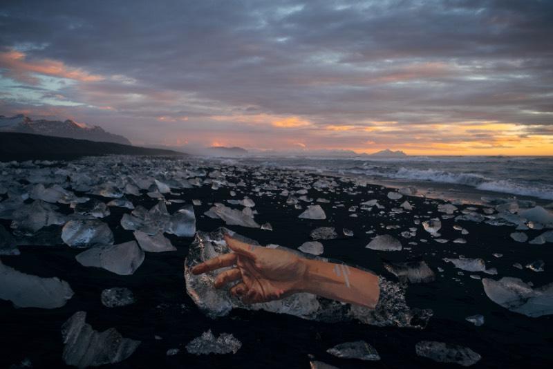 O artista Sean Yoro, mais conhecido por HULA, publicou em seu portfolio uma série de murais em icebergs que ele pintou durante uma temporada na Islândia. Esses murais foram pintados em alguns dos milhares de icebergs que estavam se soltando de uma das enormes geleiras que ainda existem na Islândia.