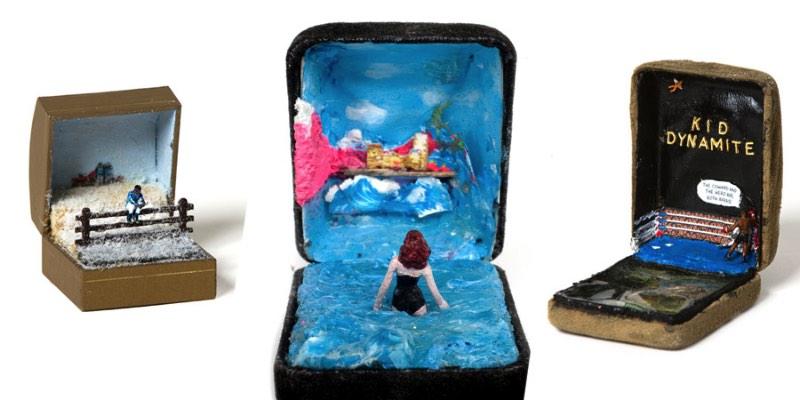Talwst é o nome do artista responsável pela série de pequenas esculturas que você vai ver nesse post. Essas esculturas são mini dioramas feitos dentro de caixas de anéis e o artista as chamou de Infinity.
