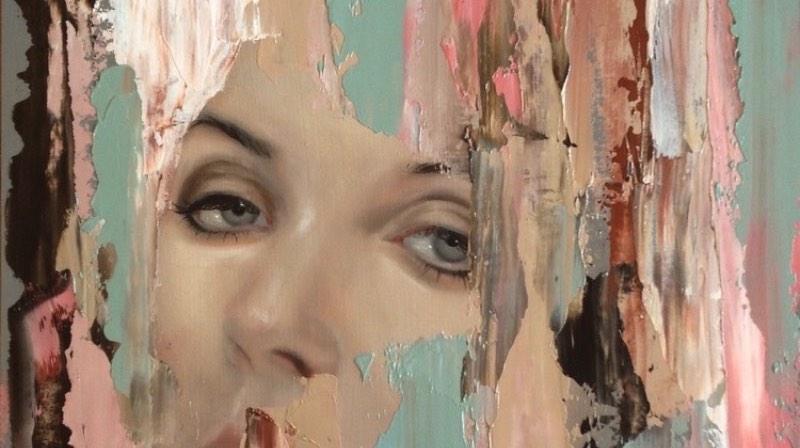Os retratos de Meridith Marsone evocam um mundo de sonhos. Em algumas de suas pinturas, o centro da obra está cercado de borboletas ou pássaros e, em seus últimos trabalhos, o estilo está mais próximo de uma abstração colorida como você pode ver abaixo.