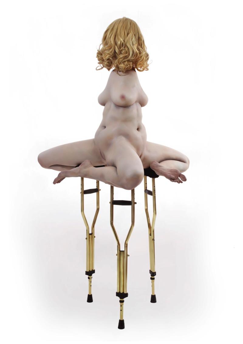 O trabalho de esculturas de Monica Piloni vai me ajudar a ter pesadelos criativos hoje a noite. É sério. Suas esculturas de bonecas realistas, cavalos em pedaços, bailarinas e contorcionistas vem ao mundo para contar que, algumas vezes, as coisas não são como esperávamos. Algumas vezes o lugar comum é substuído por disformes combinações antagônicas, se é que essa frase faz sentido.