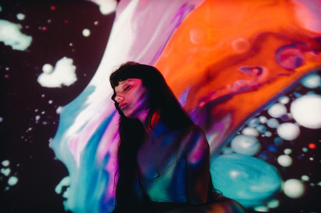 Dennis Auburn, um fotógrafo baseado no Texas, fotografou essa série de retratos psicode?licos que surgiram através de sobreposições de cores fortes e formas abstratas em uma modelo. O nome dessa série é Aura e mostra uma modelo em posições variadas que parece estar sendo beijada pelos cosmos.