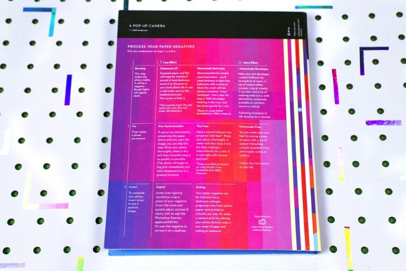Com o apoio do Adobe Creative Residency, Kelli Anderson criou um dos projetos mais legais que vi esse ano. Chamado de This Book is a Camera, traduzido livremente como Esse Livro é uma câmera, o livro é exatamente aquilo que o nome descreve. Com uma série de papéis dobrados corretamente, você pode usar esse livro para tirar fotos e é sério isso.