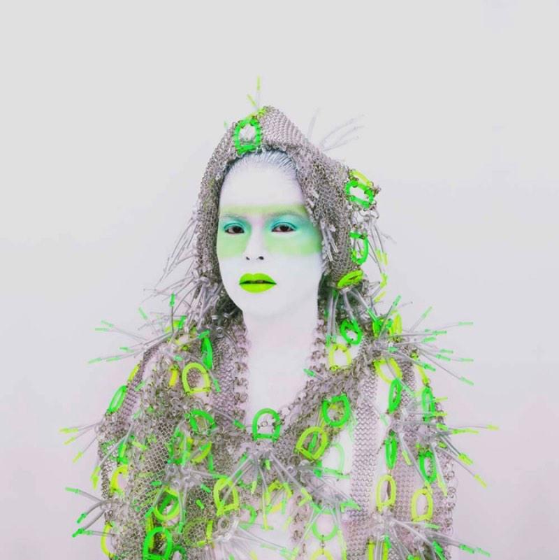 Kimiko Yoshida é uma artista japonesa que abandonou seu país natal para viver em Paris onde ela anda explorando o papel do gênero e do corpo através de uma série de auto-retratos. Essas fotografias mostram a artista em uma série de poses e fantasias diferente com apenas uma coisa em comum, o lado monocromático de tudo.