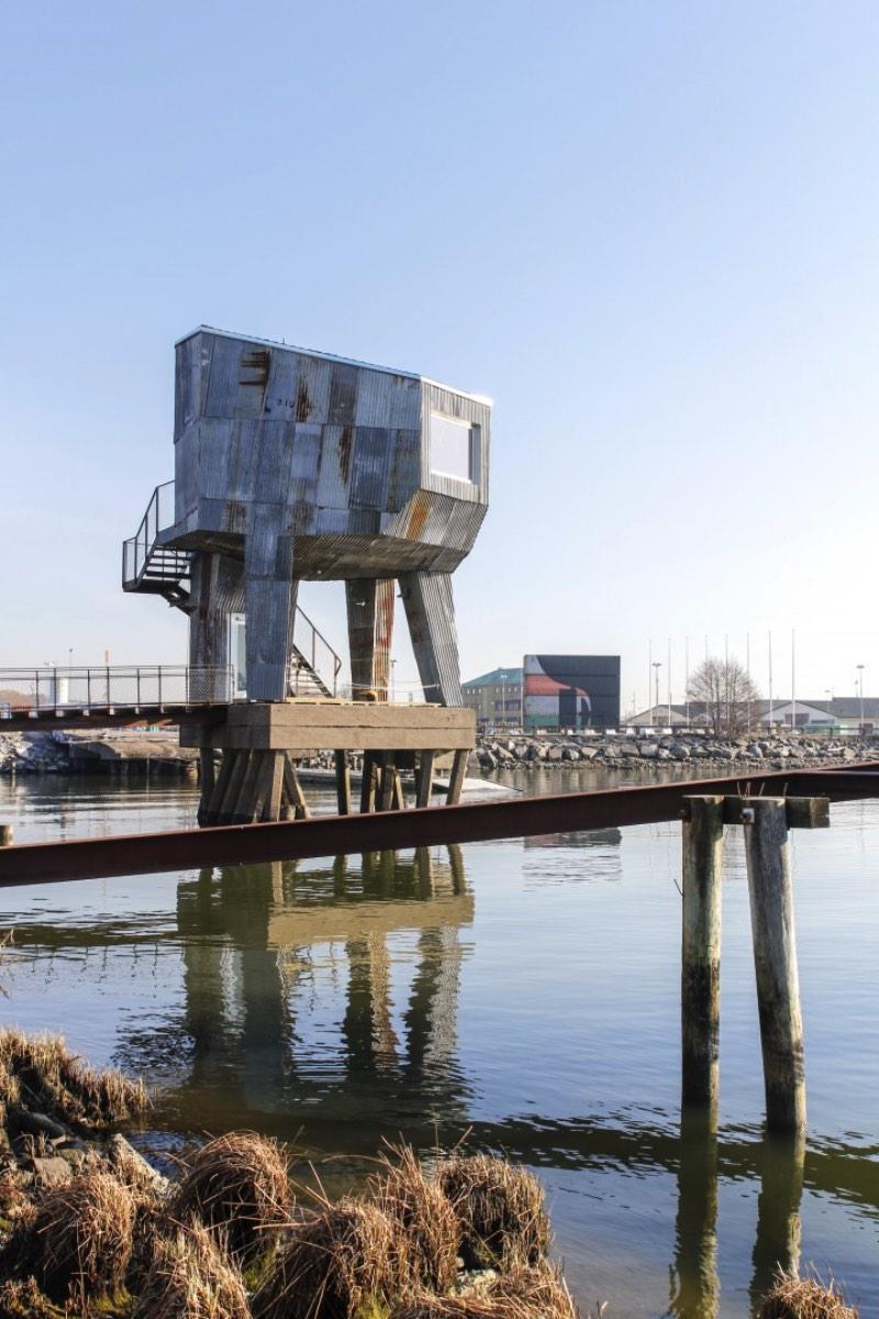 O pessoal do Raumlabor, escritório de arquitetura baseado em Berlin, criou o projeto de uma sauna pública na região portuária de Frihamnen, em Gotemburgo. Do lado de fora, esse prédio tem um visual industrial que parece remeter a tradição portuária dessa parte da cidade sueca. Mas, por dentro, tudo é diferente.