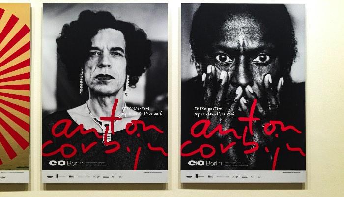 Para celebrar os sessenta anos de Anton Corbijn, o C/O Berlin resolveu montar uma exposição especial fazendo uma retrospectiva do trabalho dele com cerca de 600 fotografias. Muitas delas nunca foram vistas antes e isso é apenas um pequeno detalhe que transforma essa exposição em algo especial.