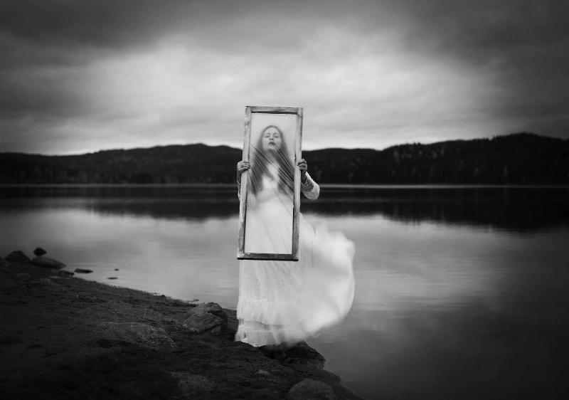 A fotografia de Maren Klemp é voltada para chamar a atenção dos problemas mentais que afligem tantas pessoas nos dias de hoje. A artista usa de fotos sombrias para criar representações visuais de condições ligadas a doenças mentais. Essas imagens que ela cria são cercadas de escuridão, isolamento, tristeza e relações familiares.