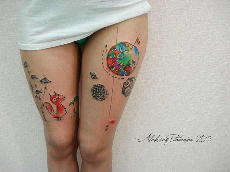 É na cidade russa de Kirov que Aleksey Platunov trabalha com seu estilo quase único de tatuagens. Ele criou seu estilo misturando rascunhos, linhas soltas, cores orgânicas, aquarelas e muita atenção aos detalhes de uma composição. Foi misturando todos esses elementos que ele desenvolveu um estilo de tatuagens lúdico, quase infantil e que parece ter pulado de um livro infantil. Não é algo que eu teria no meu corpo mas eu realmente gostei do que vi no portfólio dele no facebook.