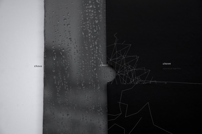 As imagens que você pode ver nesse artigo são do livro de Henrique Martins chamado Chove. Livro esse que foi desenvolvido com o apoio do Programa de Apoio e Incentivo à Cultura – Fundação Cultural de Curitiba e da Prefeitura Municipal de Curitiba –, com incentivo da Caixa Econômica Federal. Publicado no início de outubro de 2015, como o título diz, esse é um livro sobre a chuva. Um livro que mostra como superamos dias chuvosos, como eles despertam nossos sentidos e como podemos usar da chuva como narrativa visual.