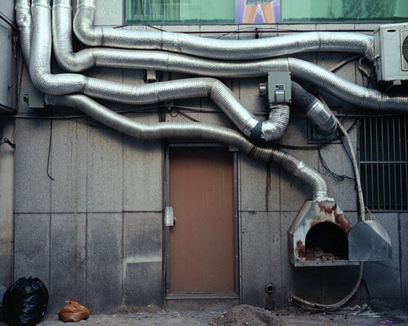 Para sua série Birds in the morning sing simply to eat, o fotógrafo Manu Mielniezuk capturou um pouco da sua jornada pela Coréia do Sul em imagens pálidas. Imagens essas que mostram cenários urbanos mundanos que poucas pessoas prestariam atenção de verdade.