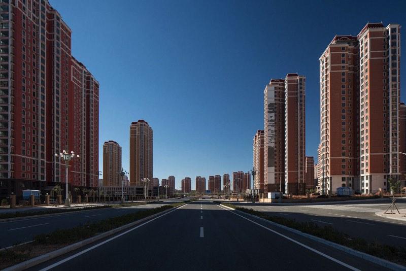 Ordos é uma cidade fantasma no estado chinês da Mongólia Interior. Sim, as fotos que você vai ver abaixo são de uma enorme cidade fantasma chinesa. Mas, como que isso pode acontecer nos dias de hoje? Parece complicado mas nem é de verdade.