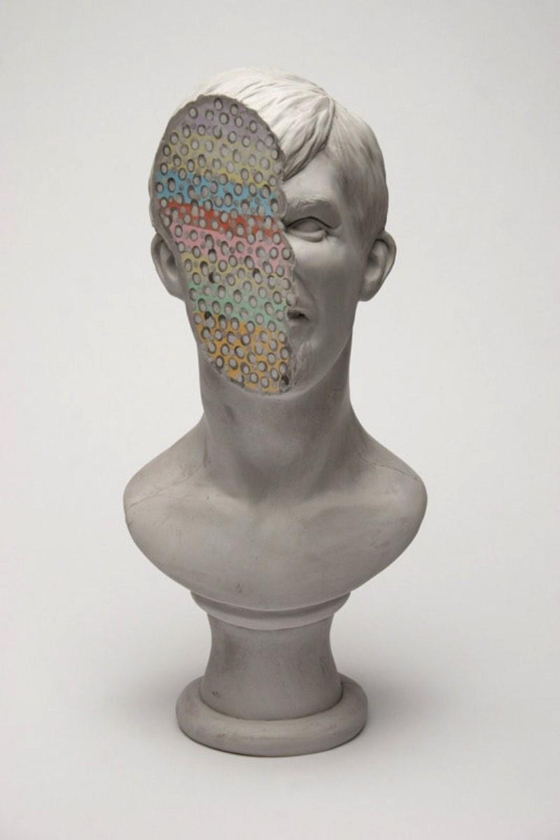 Christina West é uma artista americana baseada em Atlanta cujo trabalho de esculturas é inspirado pelo classicismo mas isso apenas acontece na superfície. Por baixo de anatomia, esses bustos são marcados por cores fortes e pedaços partidos.
