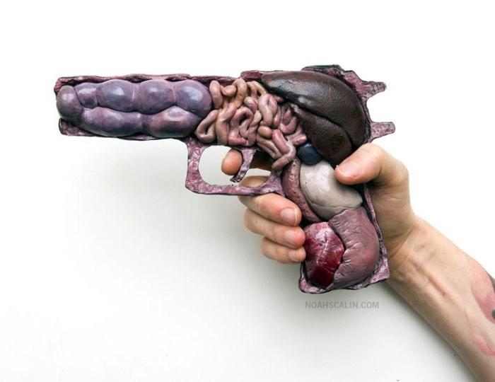 Anatomia de Guerra é uma série de obras criadas por Noah Scalin com a intenção de questionar a cultura de violência em que vivemos hoje. A série Anatomy of War é composta de esculturas de armas dissecadas de forma clinicamente anatômica e que revelam o interior desses objetos de forma bem humana. E, claro, sem um cérebro. É dessa forma que Noah Scalin critica o que vemos hoje como algo quase normal.