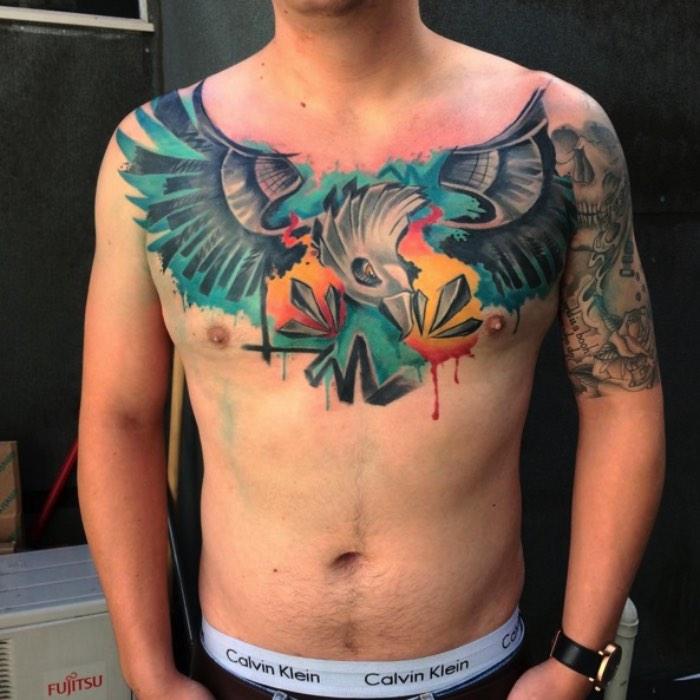 A primeira coisa que me chamou a atenção nas tatuagens de Emil Giczewski é como ele lida com aquarelas em suas tatuagens. Muitos tatuadores da atualidade resolveram seguir o estilo do momento e resolveram adotar aquarelas no meio de seus desenhos como se elas fossem apenas manchas coloridas preenchendo o estilo da semana. Já Emil usa desse estilo visual de uma forma um pouco diferente. Suas tatuagens utilizam de elementos de aquarela e ilustração para montar um desenho de uma forma diferente. De um jeito mais coeso e que faz sentido e eu gostei muito disso.