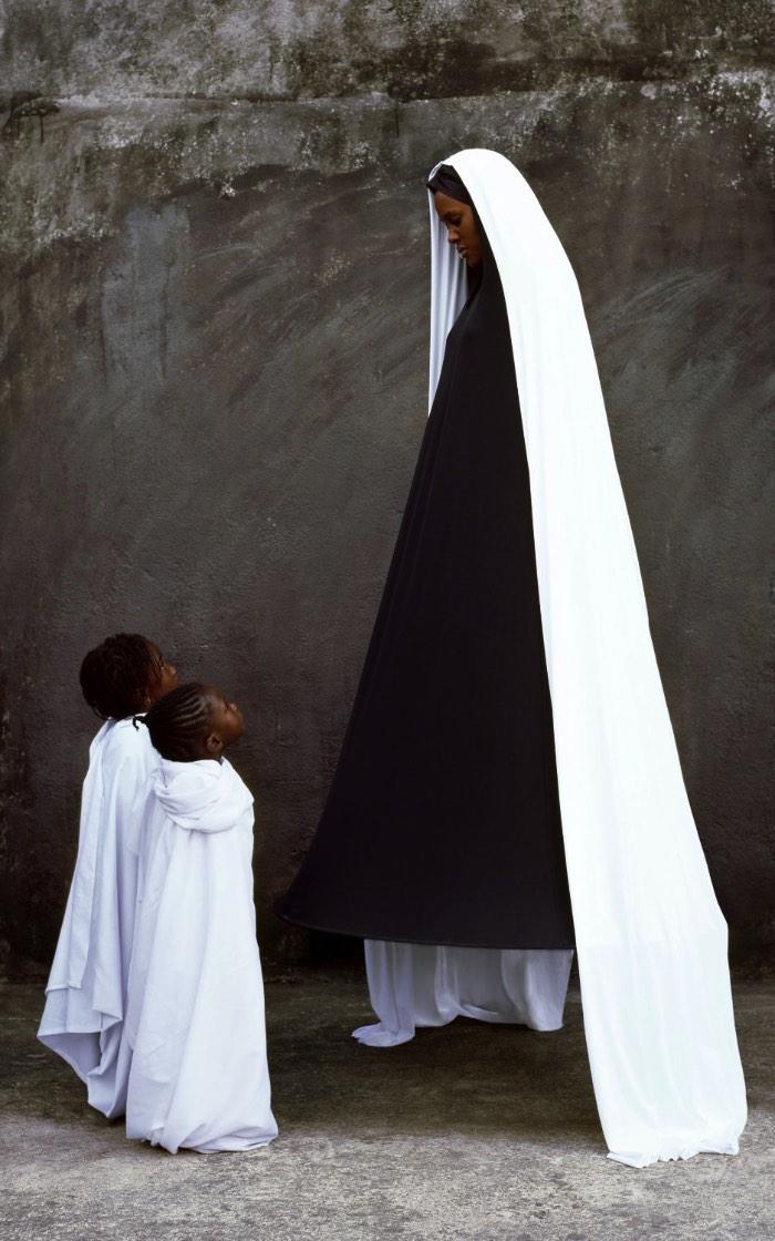 Por mais que as fotografias de Maïmouna Guerresi sejam, na sua maioria, de amigos e família, seus retratos não tem nada de familiar. As fantasias e roupas que ela cria e fotografa são etéreas e elaboradas mesmo sendo minimalistas em cores e estilos.