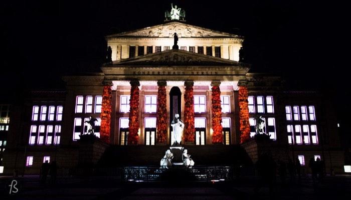 Há alguns dias, algo espetacular aconteceu aqui em Berlin. O artista chinês Ai Weiwei transformou as colunas do Konzerthaus Berlin em algo diferente, algo inesperado e que chamou a atenção de muita gente. O que ele fez foi usar de milhares de coletes salva-vidas recolhidos na ilha grega de Lesbos e usá-los em uma instalação artística. Tudo isso para o Cinema for Peace, evento de arrecadação de dinheiro que aconteceu no último dia 15 de fevereiro aqui em Berlin.
