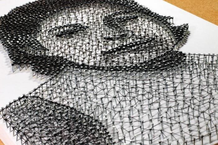 Toda vez que me deparo com uma obra feita através de String Art, fico me questionando como que aquela imagem pode ter sido criada usando apenas pregos e linhas. Como elementos tão simples podem ser usados para criar algo que parece tão complexo e bonito?