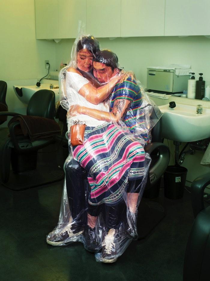 Não sei de onde veio a ideia do Photographer Hal de colocar casais selados no vácuo mas é isso que ele fez nessa sua nova série fotográfica chamada Flesh Love Returns. Nessa série você vai ver casais muito perto um do outro, muitas vezes eles parecem até estar perto demais um do outro mas essa é a premissa desse projeto.