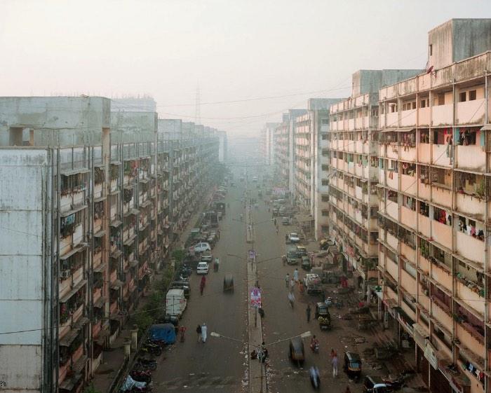 Para fotografar tudo que seria necessário para fazer a série Future Cities, Noah Addis teve que viajar pelo mundo e acabou explorando dezenas de lugares onde a população mora em residências informais. Residências informais é o termo técnico para aquilo que conhecemos como favelas.