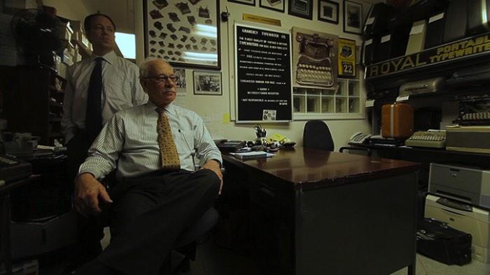 Gramercy Typewriter Company é uma empresa americana fundada em Nova Iorque há mais de 80 anos que é administrada por uma pequena equipe de pai e filho. E eles vendem e fazem manutenção em máquinas de escrever. Sim, você leu isso certo. Eles trabalham com máquinas de escrever e parece que eles gostam muito do que fazem.