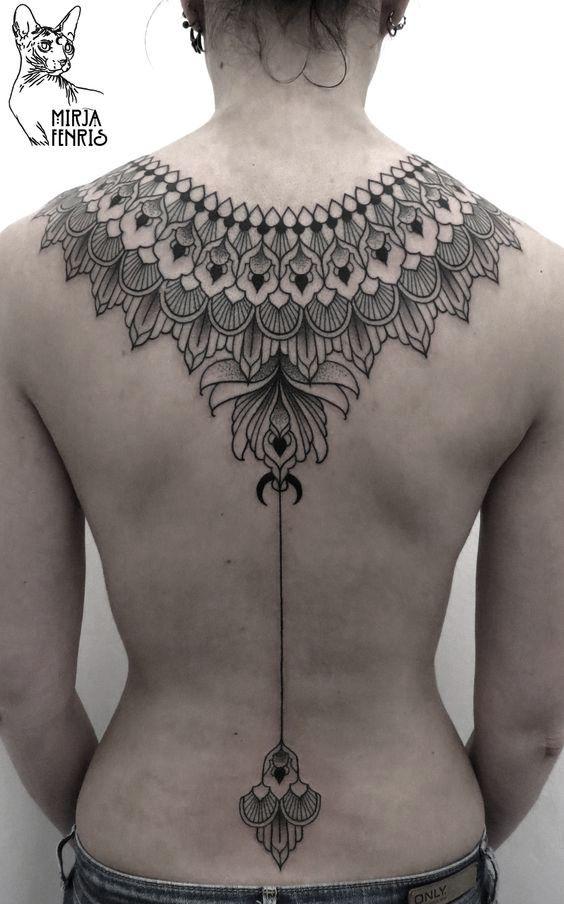 Há algumas semanas, lá estava eu andando por Friedrichshain quando me deparei com alguns desenhos na vitrine de uma loja. Foi assim que acabei descobrindo o trabalho da Mirja Fenris que, junto com a polonesa Axel Ejsmont, é uma das fundadores do Esjmont & Fenris Tattoo aqui em Berlim. Se você gosta de tatuagens monocromáticas em preto, geometria e pontilhismo, tenho certeza de que vai adorar as tatuagens logo abaixo.