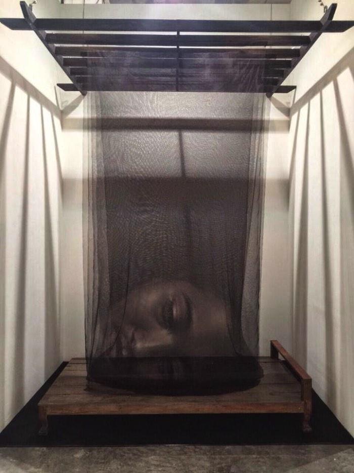 Foi por acidente que Uttaporn Nimmalaikaew desenvolveu a técnica de pintura em telas mosquiteiras que você vai ver logo abaixo. Tudo aconteceu em 2001 quando ele estava estudando na Universidade Silapakorn em Bangkok quando ele percebeu uma mancha de tinta na tela para proteção contra mosquitos que tinha acima de sua cama. Foi assim que ele percebeu que seria possível usar desse meio para criar a impressão de distância, volume e profundidade que, combinados, criariam obras de arte.