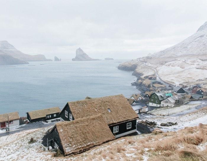 Descobri o trabalho de fotografia de Kevin Faingnaert logo após minha viagem para Faroe Islands, um grupo de ilhas perdido no Atlântico Norte entre a Noruega, a Islândia e a Escócia. E, acredito que, acabei gostando muito mais do seu trabalho por conseguir reconhecer os locais e por ver as coisas e os locais de um jeito diferente dele.